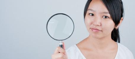 顔のたるみをチェックする女性