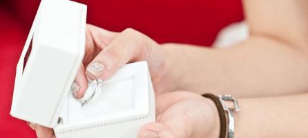 結婚指輪をもらう女性