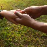 女性の手をとる男性