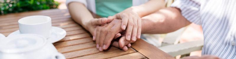 女性の手を触る男性