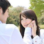 女性の頬を触る男性